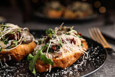Delicious bruschettas with beef and cheese on table, closeup Stockfoto