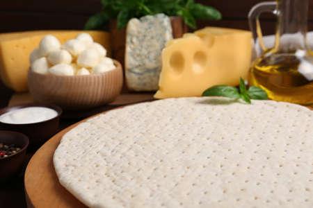 Pizza crust and fresh ingredients on table, closeup 版權商用圖片