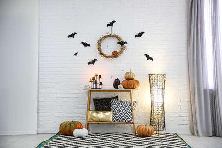 Modernes Zimmer für Halloween dekoriert. Idee für festliches Interieur Standard-Bild