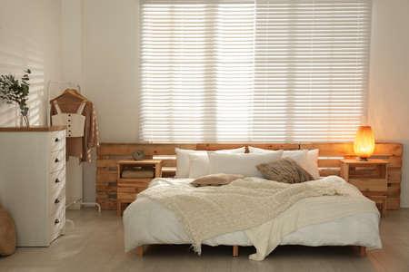 Stijlvolle slaapkamer met moderne ladekast Stockfoto