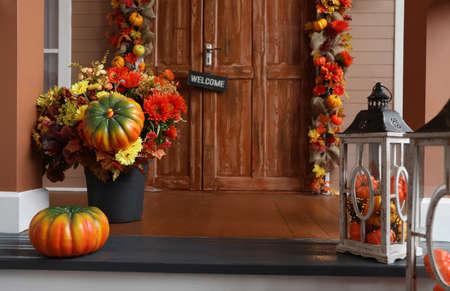 Hauseingang dekoriert für traditionelle Herbstferien