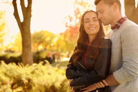 Couple heureux dans un parc ensoleillé. Promenade d'automne