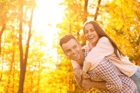 Gelukkig paar in zonnig park. Herfstwandeling