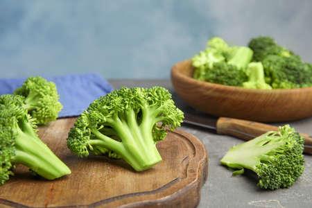 Verse groene broccoli op grijze tafel. Biologisch voedsel