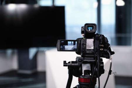 Studio di registrazione video moderno, focus sulla fotocamera