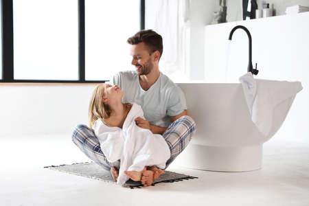 Vater und seine süße kleine Tochter im Badezimmer