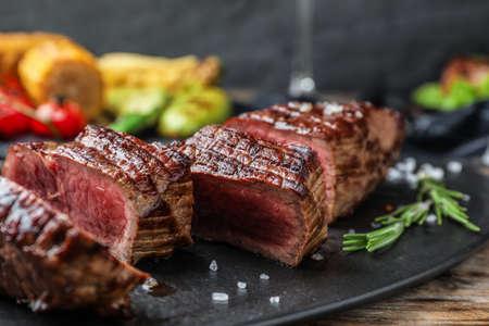 Pyszny pokrojony stek wołowy podawany na stole, zbliżenie
