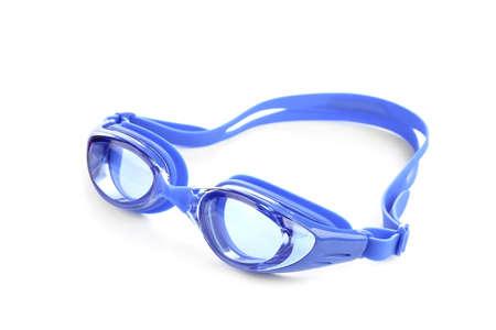 Blaue Schwimmbrillen getrennt auf Weiß. Strandobjekt Standard-Bild