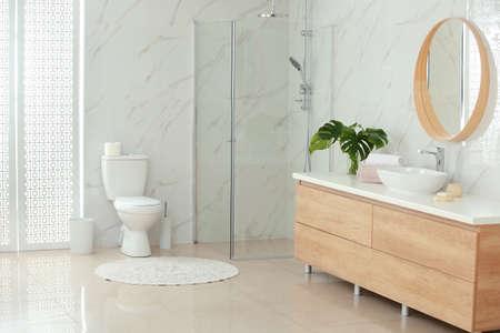 Innenraum des modernen Badezimmers mit Toilettenschüssel Standard-Bild