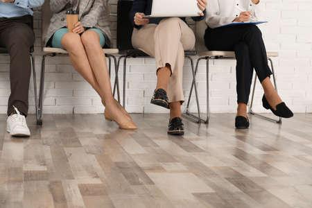 Osoby czekające na rozmowę kwalifikacyjną w biurze, zbliżenie