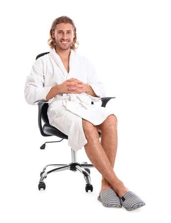 Junger Mann im Bademantel auf weißem Hintergrund