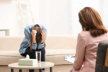Psicoterapeuta que trabaja con una adolescente en la oficina