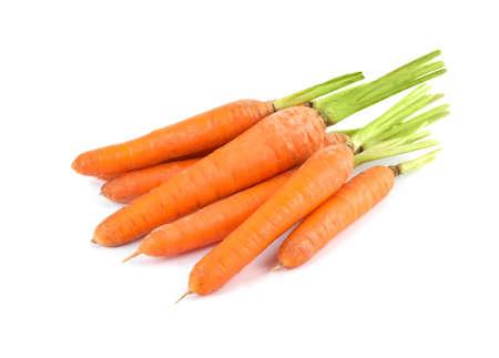 Montón de zanahorias maduras frescas aislado en blanco