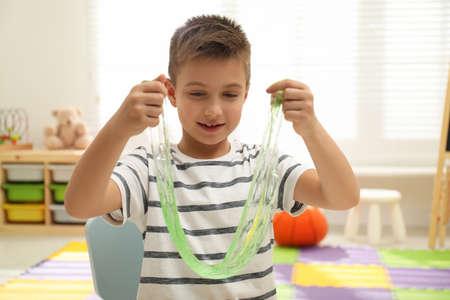 Petit garçon jouant avec du slime dans la chambre