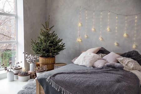 Piccolo albero di Natale con lucine nell'interno della camera da letto