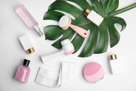 Composition avec brosses nettoyantes pour le visage sur fond blanc, vue de dessus. Outils cosmétiques Banque d'images