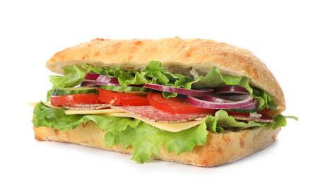 Leckeres Sandwich mit frischem Gemüse und Salami isoliert auf weiß Standard-Bild