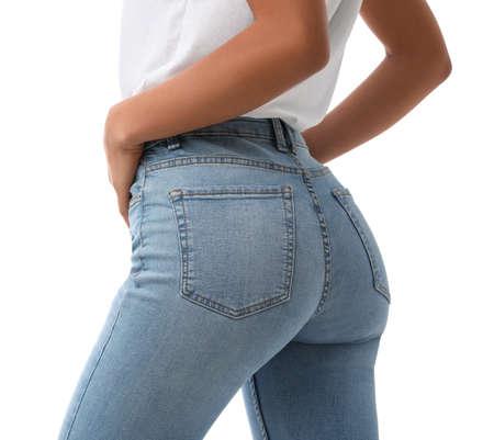 Frau trägt Jeans auf weißem Hintergrund, Nahaufnahme
