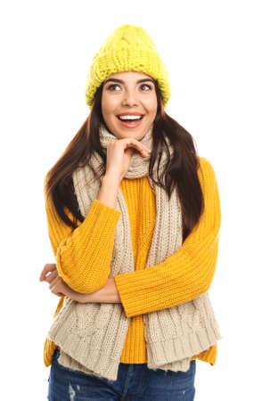 Mujer joven feliz en ropa de abrigo sobre fondo blanco. Vacaciones de invierno