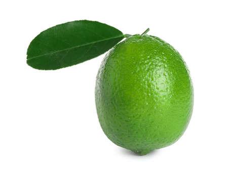 Frische reife Limette mit grünem Blatt isoliert auf weiß