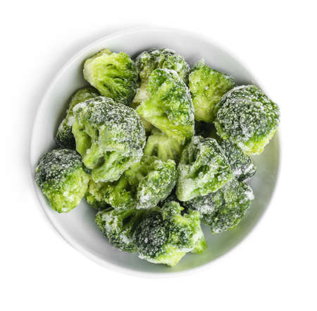 Gefrorener Brokkoli in der Schüssel lokalisiert auf Weiß, Draufsicht. Gemüsekonservierung