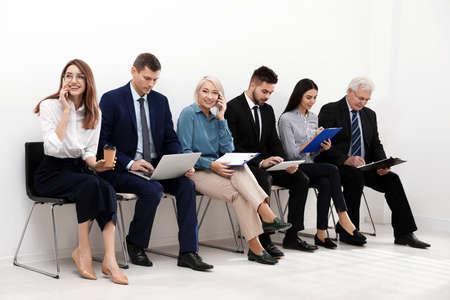 Personas esperando una entrevista de trabajo en la oficina.