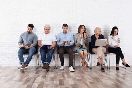 Mensen wachten op sollicitatiegesprek op kantoor Stockfoto
