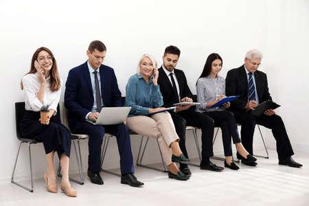 Personas esperando una entrevista de trabajo en la oficina. Foto de archivo