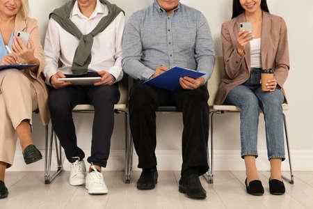 Gente esperando una entrevista de trabajo en la oficina, primer plano