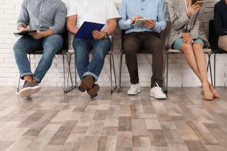 Gente esperando una entrevista de trabajo en la oficina, primer plano Foto de archivo