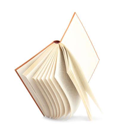 Libro con tapa dura aislado en blanco