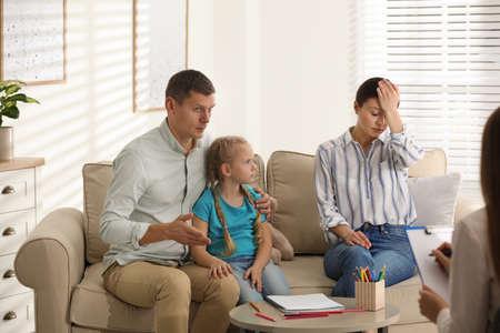 Famiglia su appuntamento con psicoterapeuta infantile al chiuso