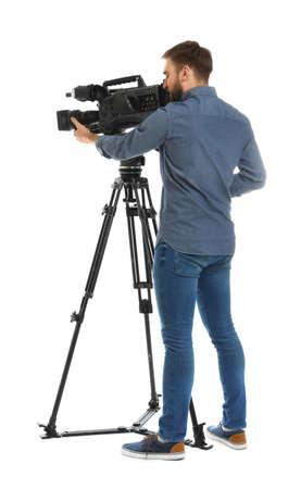 Operador con cámara de vídeo profesional sobre fondo blanco.