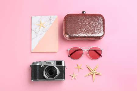 Flache Laienkomposition mit Kamera für professionellen Fotografen auf rosa Hintergrund Standard-Bild