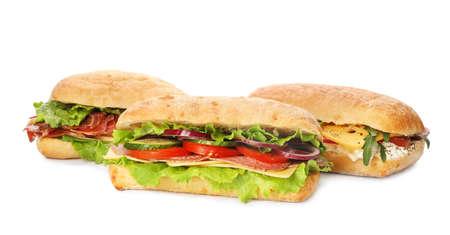 Leckere Sandwiches mit frischem Gemüse, isoliert auf weiss