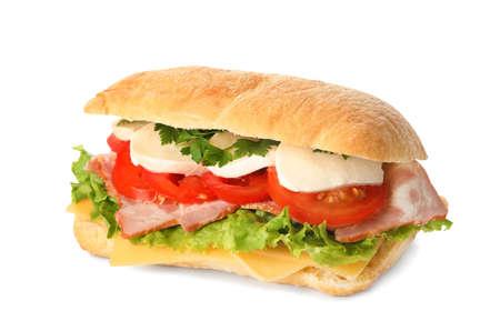 Leckeres Sandwich mit frischem Gemüse und Mozzarella isoliert auf weiß