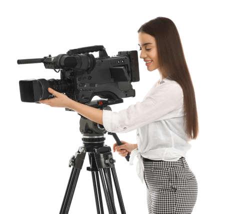 Operatore con videocamera professionale su sfondo bianco