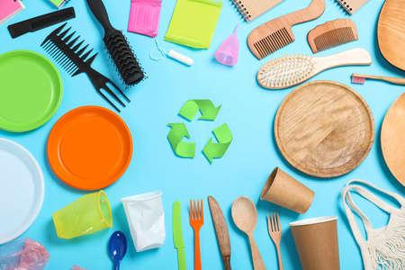 Symbol recyklingu i artykuły gospodarstwa domowego na jasnoniebieskim tle, płaskie lay