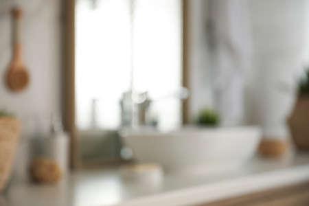 Verschwommene Sicht auf das helle, moderne Badezimmerinterieur
