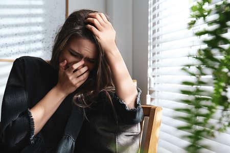 Missbrauchte junge Frau, die drinnen weint. Konzept häuslicher Gewalt
