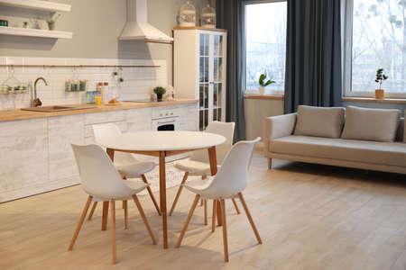Interior de cocina moderna con muebles nuevos y elegantes Foto de archivo