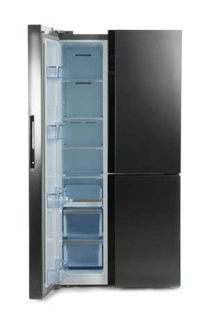 Réfrigérateur moderne en acier inoxydable isolé sur blanc
