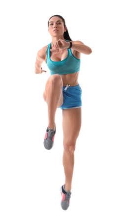 Sportliche junge Frau, die auf weißem Hintergrund läuft Standard-Bild