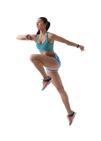 Jeune femme athlétique qui court sur fond blanc Banque d'images