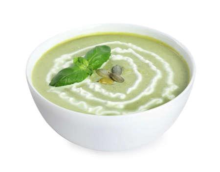 Délicieuse soupe à la crème de brocoli isolée sur blanc