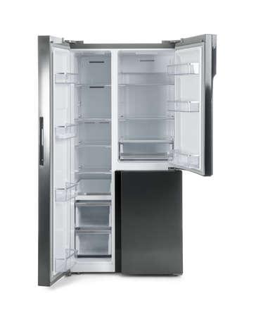 Moderne roestvrijstalen koelkast op wit wordt geïsoleerd