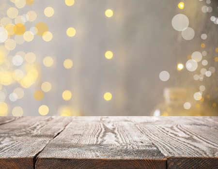 Pusta powierzchnia drewniana przeciw zamazanemu tłu z efektem bokeh. czas świąt