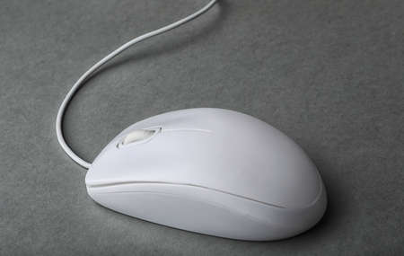 Ratón de la computadora con cable moderno sobre fondo gris