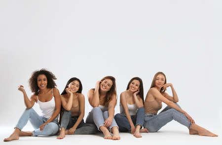Gruppo di donne con diversi tipi di corpo su sfondo chiaro