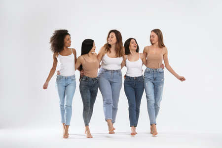 밝은 배경에 다양한 신체 유형을 가진 여성 그룹
